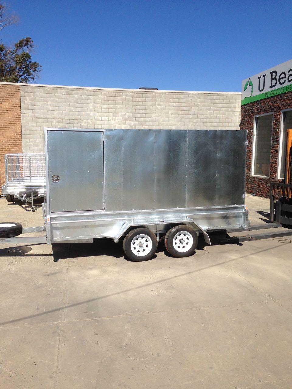 Enclosed tandem trailer
