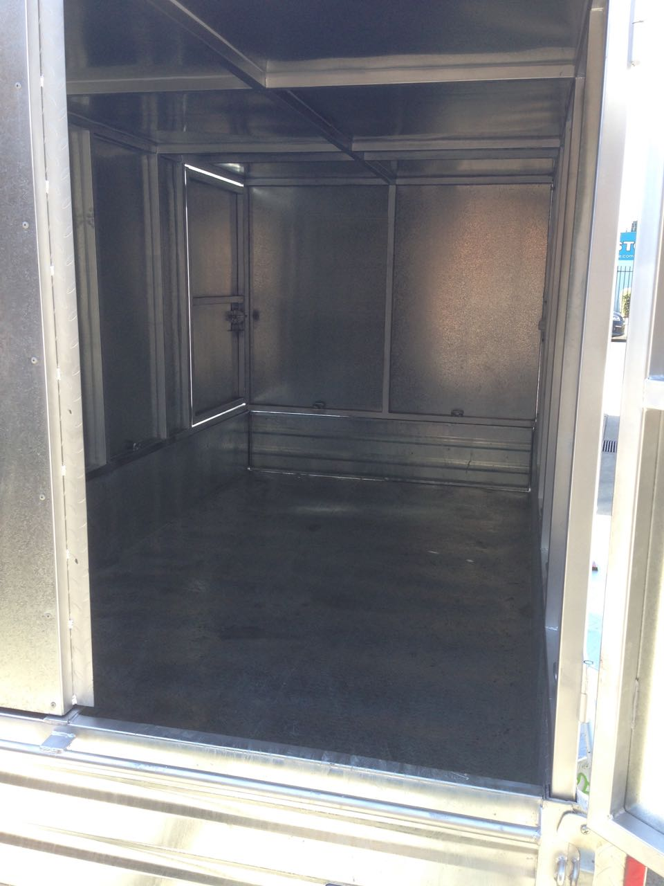 Enclosed tandem trailer